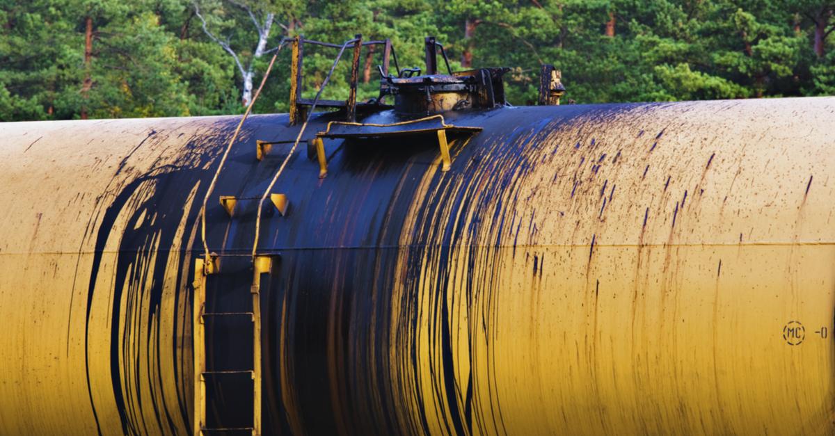 ¿Cómo atender una fuga de aceite en maquinaria?